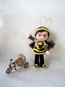 bee-girl-amigurumi-rickshaw-portrait_tales-of-twisted-fibers