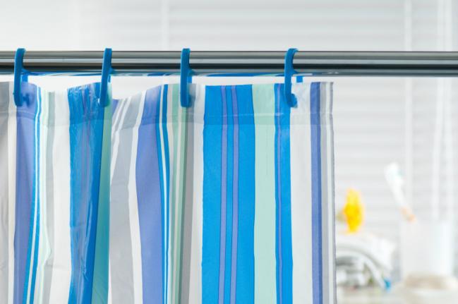 Receta-facil-para-limpiar-la-cortina-del-bano